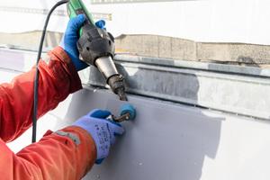 Die Dachneigung von 66 Grad und der enge Arbeitsraum erforderten eine manuelle Verschweißung der Sarnafil-Abdichtungsbahnen
