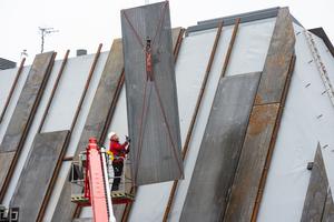 Die Cortenstahlplatten werden in das fertig abgedichtete Dach eingehängt