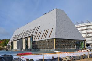 """<irspacing style=""""letter-spacing: 0.01em;"""">Die Dächer der neuen Museumsgebäude in Molfsee sind mit """"Sarnafil TS 77-15 E"""" Dachbahnen abgedichtet</irspacing>"""