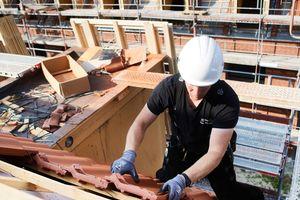 """Die Dachflächen wurden mit """"Futura""""-Tondachziegeln von Creaton eingedeckt"""