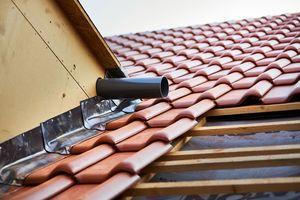 Her wird das Wasser über einen Dachablauf auf das Hauptdach geleitet
