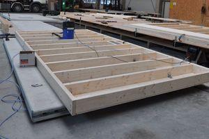 In der Zimmerei wurde das Holzständerwerk auf den Betonplatten montiert