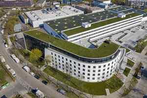 Dachbegrünung und Photovoltaik ergänzen sich auf den Dachflächen des Centro Tesoro in München<br />
