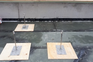 Das Dach der Wassererlebniswelt wurde zunächst mit witterungsbeständigen Dampfsperren abgedichtet. Darüber wurden Anschlagpunkte von Lux-top montiert. Gedämmt wurde das Dach später mit Steinwolle<br /><br />