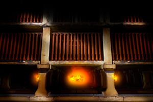 Eine positive Auswirkung auf die Ökobilanz hat nach Angaben des Herstellers Laumans das eingesetzte Brennverfahren, bei dem die Dachziegel freistehend sowie berührungslos auf die Tunnelofenwagen gesetzt werden. Somit kann auf Brennhilfsmittel verzichtet werden<br />