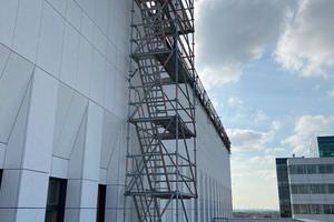 Zusätzlich stellten die Sifatec-Mitarbeiter einen Treppenturm auf, der den Zugang von der niedrigeren auf die höher gelegene Dachfläche ermöglichte