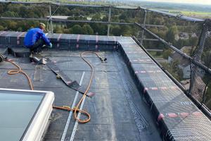 Das Seitenschutzsystem ermöglichte barrierefreies Arbeiten auf der Dachfläche