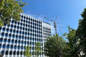 Für die Dachsanierung der Hauptverwaltung der BG BAU in München kam das Sifatec-Seitenschutzsystem zum Einsatz