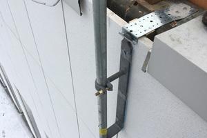 Die Pfosten des Seitenschutzes werden mit einer Schwenkbewegung in die Halteplatte ein- und wieder ausgehängt