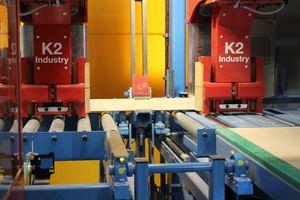 In der Anlage werden Holzbalken mit zwei Greif- und Führungswagen schonend fixiert und transportiert