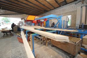 Nach der Bearbeitung werden die Hölzer auf der rechten Seite der Maschine ausgegeben und auf Holzablagen befördert<br />