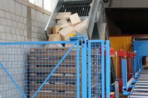 Die Holzklötze, die als Verschnitt aus der Anlage kommen, nutzt der Holzbaubetrieb zum Heizen