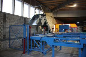 Zusammen mit der neuen Anlage wurde ein Fördersystem zum automatischen Abtransport von Spänen und Holzklötzen installiert