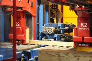 Die neue Abbundanlage bei Holzbau Vorderwisch ist mit vier Schlangenbohrern ausgerüstet. Davon sind zwei horizontal angeordnet ...
