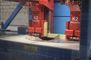 Die neue Abbundanlage ist mit einem 13kW-Sägeaggregat ausgestattet. Abgesägte Holzstücke werden über den halbseitig offenen Sägetisch entsorgt
