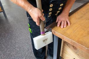 Mit Kunststoffhammer Fälze schließen