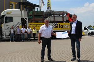 """Karl Josef Simon, Geschäftsführer Fa. Sifatec, erhält von Herrn De Hooge von der BGHW das AMS-Zertifikat. Sifatec darf zukünftig das Signet """"Sicher mit System"""" führen.<br />"""