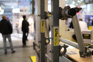 Das patentierte Seitenschutzsystem wird direkt am Dachrand angebracht und erlaubt barrierefreies Arbeiten