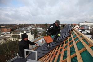 """Das Dach wurde mit dem Dachziegelmodell """"Smaragd"""" von BMI Braas eingedeckt"""