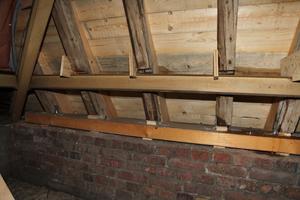 Die Tragkonstruktion des Kirchendachs musste ertüchtigt werden. Auf dem umlaufenden Ziegelmauerwerk verankerten die Zimmerer eine neue Fußschwelle. Mit L-förmigen Ankern wurden die Sparren am Tragwerk befestigt