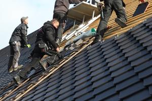 """Mit einer variablen Decklänge von 20 mm lässt sich der Dachziegel """"Smaragd"""" gut für Bestandsgebäude einteilen und wird in Reihe gedeckt<br /><br />"""