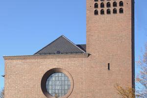 Die St. Josephskirche in Bonn wurde in den 1930er Jahren eingeweiht. Ursprünglich waren die Dachflächen mit Schiefer eingedeckt. Seit 2019 sind rautenförmige Ziegel auf dem Hauptdach verlegt