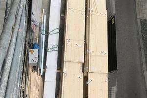 Eine Herausforderung waren die beengten Verhältnisse für die Lagerung der Holz-elemente am Fuße der Baustelle