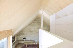 Massive Brettsperrholzwände und -decken in Sichtoptik und Sichtbetonwände mit rauer Bretterschalung verleihen den Räumen Atmosphäre