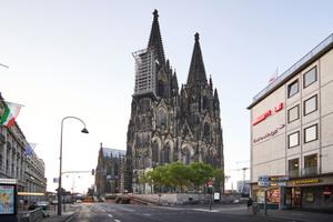 Im Herzen Kölns ragen die Türme des fast 160m hohen Doms in die Höhe