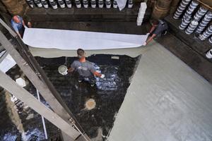 """In die noch frische Abdichtung arbeiteten die Handwerker ein Vlies von Franken Systems ein und trugen eine weitere Schicht """"Frankolon Textura""""-Flüssigkunststoff auf"""