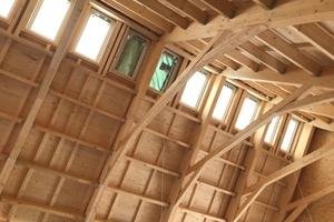 Mehrere Dachfenster im Firstbereich der Bücherei sorgen für eine gute Ausleuchtung. Die Dachuntersicht wurde später verkleidet