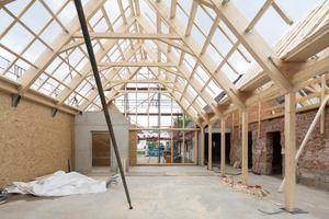 Im Neubau bilden aussteifende Holzwände, Mittelstützen und das Sparrendach die tragende Konstruktion<br />