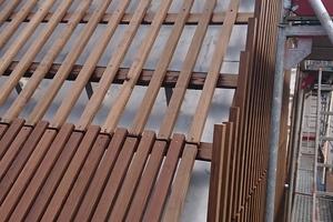 Die Dachverkleidung aus Thermoholzlamellen, montiert auf einer Unterkonstruktion, die ebenfals aus Thermoholz besteht<br />