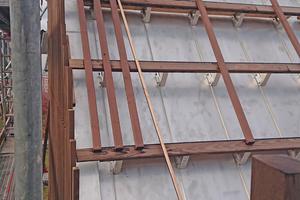 Die senkrechten Thermoholzlamellen wurden auf der horizontalen Lattung auf dem Dach montiert