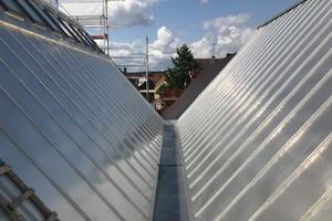"""In der Kehle zwischen den Dächern des Neubaus wurde eine Edelstahlkastenrinne mit OSB-Schalung als """"verdeckte"""" Entwässerung installiert"""