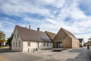 Die ursprüngliche Hofstelle bestand aus dem giebelständig zur Straße stehenden Wohnhaus (links) und dem dahinterliegenden Stall, der mit dem Neubau überbaut wurde