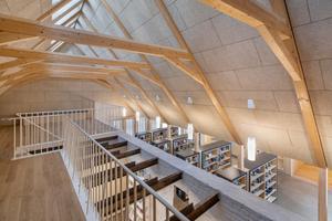 Der Gebäudeteil über dem ehemaligen Stall wird zweigeschossig genutzt: Im Erdgeschoss können Medien entliehen werden, im Obergeschoss befindet sich ein Lesesaal<br />