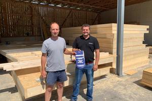 """Zimmerer Daniel Draxinger (links) hat die Aktion """"Heimatdach"""" unterstützt und die Spende dem Förderverein des TSV Wertingen gewidmet. Als Andenken von Creaton gab es einen Biberschwanzziegel mit Sonderprägung<br /><br />"""