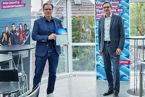 """Ulrich Marx, ZVDH-Hauptgeschäftsführer (rechts), freut sich über die Mitgliedschaft der Alwitra GmbH bei der """"Aktion Dach"""". Links: Fritz Stockinger, Vorsitzender der Geschäftsleitung der Alwitra<br />GmbH<br />"""