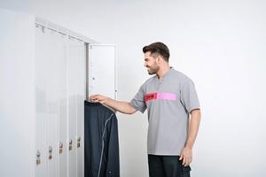 Schranksysteme von CWS dienen der Ausgabe der frisch gewaschenen Arbeitskleidung. Jeder Mitarbeiter hat ein eigenes Fach, in das der Service-Fahrer die saubere Kleidung einsortiert