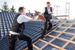 MEWA stattet Mitarbeiter im Dachdeckerhandwerk von Kopf bis Fuß im Mietsystem aus