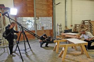 Friedrich Dippon fertigt das aufwendig gestaltete Hühnerhaus Schritt für Schritt vor den Augen der Kamera