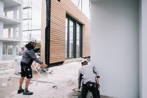 Für die Grobmontage eines der Mehrfamilienhäuser benötigt das Holzbau-Team in der Regel nur rund acht Tage