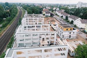 Die freitragenden Balkonfronten sowie die Treppenhäuser und die Fahrstuhlschächte wurden aus Stahlbeton ausgeführt