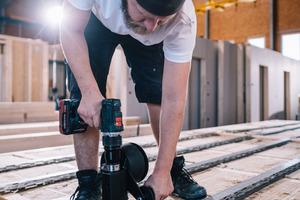 In der Werkstatt der W+W Holzelementbau Nordbaden GmbH werden die Holzelemente nahezu komplett vormontiert, hier ist die Montage der Federschienen zu sehen