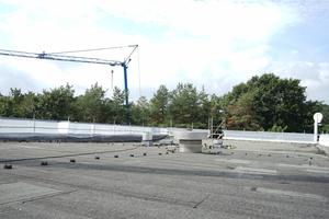 Zwischen die Holme des Seitenschutzes wurde umlaufend ein Schutznetz eingefädelt, um für zusätzliche Absturzsicherheit zu sorgen