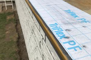 """Der auf der Balkonplatte aufliegende Teil des Profils wird mit einem 20 cm breiten Streifen aus """"Triflex Pro Detail"""" inklusive Spezialvlies abgedichtet. Das Vlies wird bis an die Vorderkante des Profils geführt"""