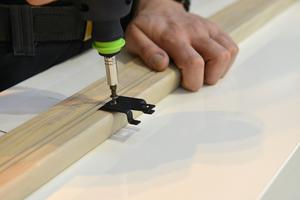 """Für die Montage des """"Pure""""-Systems werden Fassadenklammern auf der Rückseite der Holz-Rautenleisten verschraubt"""
