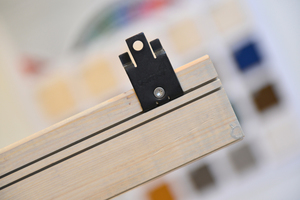 Auf der Rückseite der Rautenleisten sind zwei Nuten zur Aufnahme der Klammern eingefräst. Dadurch ist die Montage der Leisten mit unterschiedlichen Abständen möglich