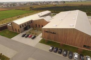 """Im niederbayrischen Plattling entstand die Firmenzentrale von Dictum. Für die Dacheindeckung kam das System """"Rib Roof Speed 500"""" von Zambelli zum Einsatz"""